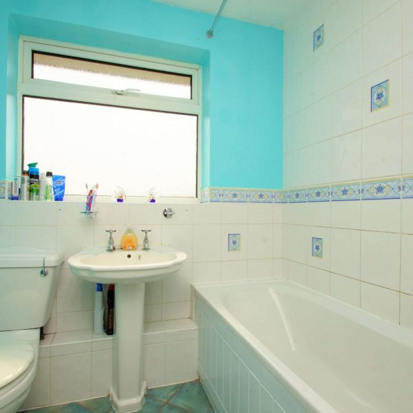 Lincoln close tewkesbury gloucestershire gl20 5ty for In the bathroom tewkesbury